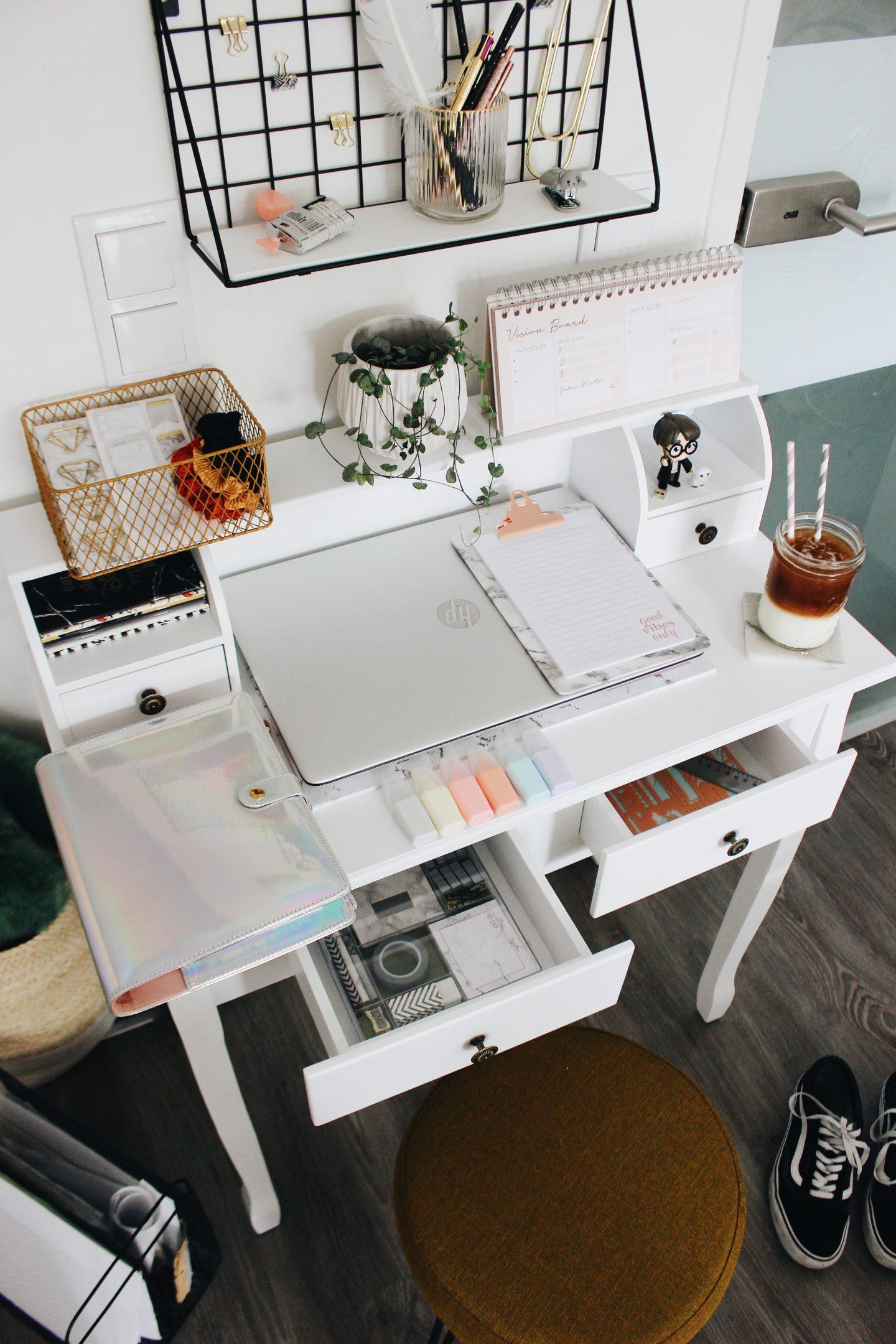 Living Minimalistisches Buro Wie Ihr Auf Kleinstem Raum Einen Home Office Arbeitsplatz Im Wohnzimmer Einrichten Konnt Starlights In The Kitchen