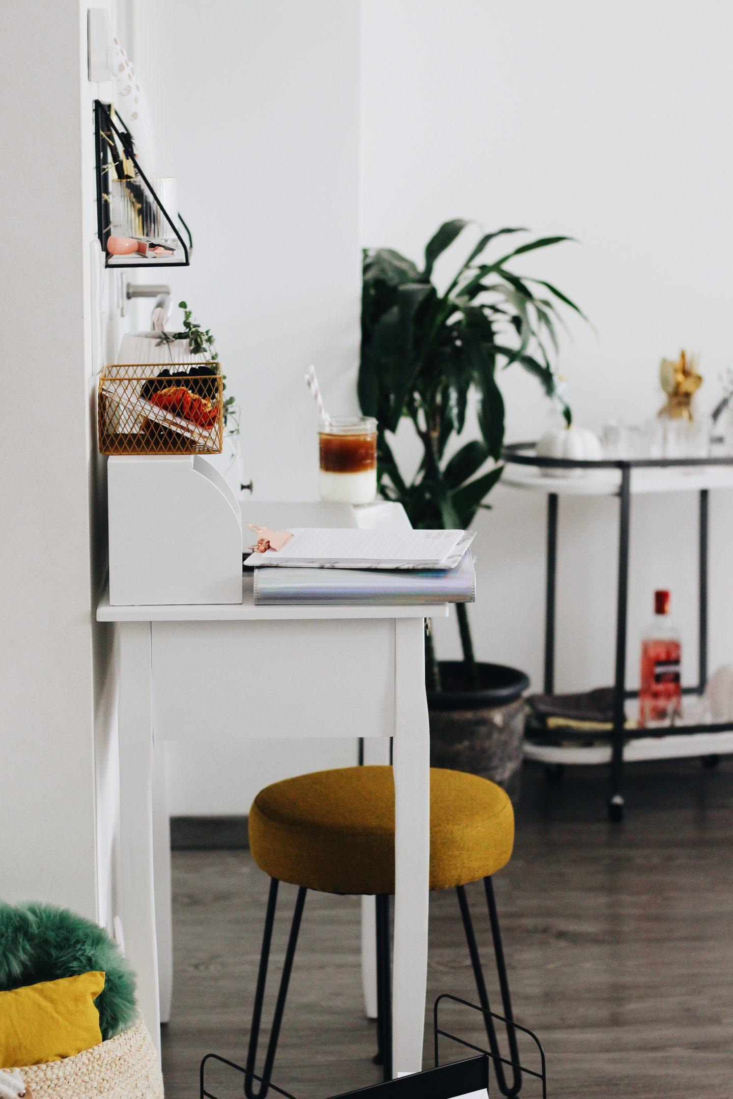 LIVING | Minimalistisches Büro: Wie ihr auf kleinstem Raum ...